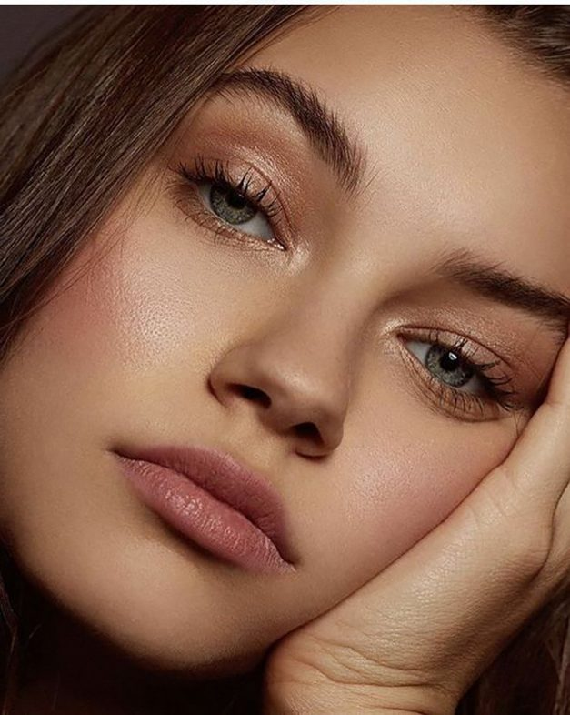 New Beauty Trends - Minimal Makeup and Gold Highlighting